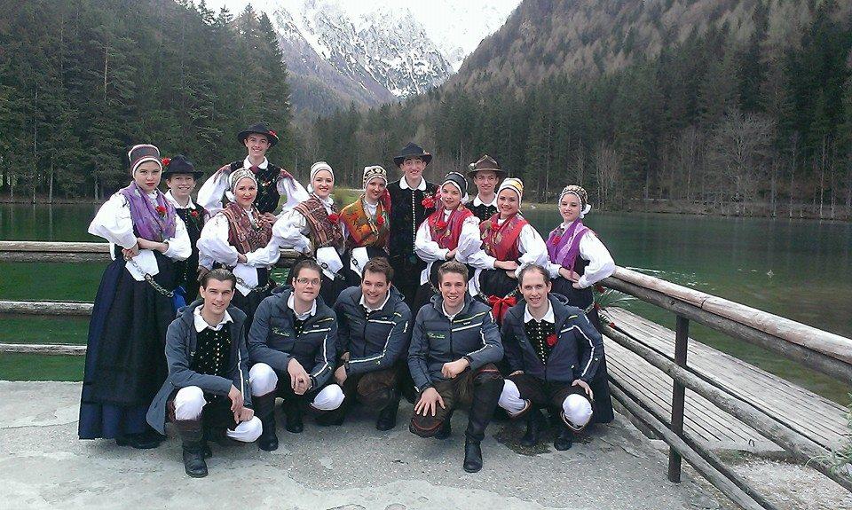 Folklorniki folklorne skupine Iskraemeco z ansamblom Saša Avsenika